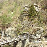 林立する石地蔵、塔のへつり